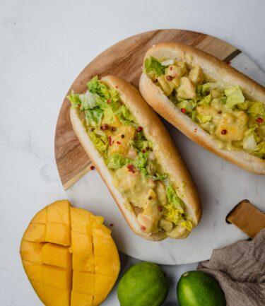 Cette recette de hot-dog à la crevette, mangue et avocat est parfait pour un snack original.