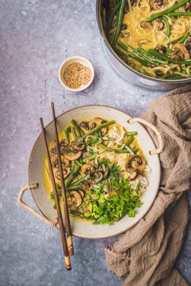 Ce ramen végétarien aux champignons et haricots est une soupe chaude d'origine japonaise à déguster en toute saison.