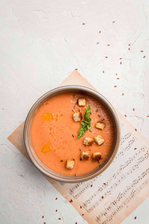 Ce gaspacho au melon et tomate est une entrée fraîche et extrêmement rapide à faire. Elle peut également se servir à l'apéritif en verrines.